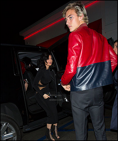 *03/01/16 - Kylie a été vue au  In-N-Out Burger avec.. Lucky Blue Smith ! La jolie brune a été vue en ce dimanche se rendre au In-N-Out accompagné de son partenaire de photographie pour le magazine ELLE UK.*