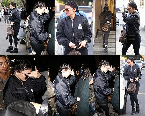 *07/01/16 - Kylie a été aperçue dans la Melrose Avenue dans West Hollywood. Kylie a opté pour des tresses (petite pensée pour Kim et North) et une tenue total black. J'adore son sac, et je trouve Kylie très jolie.*