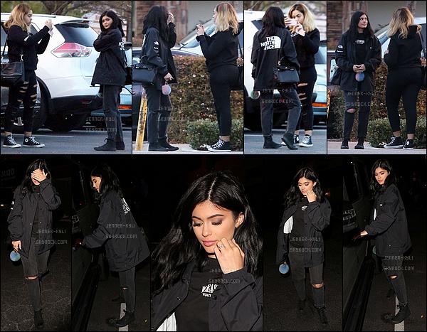 17/01/2016 : Kylie a été vue avec son amie Jordyn Woods entrain de prendre des photos. - Agoura HillsLe soir, elle était au restaurant avec son père. Je ne suis pas du tout fan du pantalon et des chaussures de Kylie..