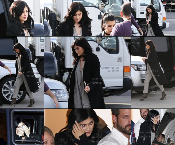 25/01/2016 : Kylie a été vue arrivant dans un studio. - HollywoodEncore du noir pour Kylie ! La mistinguette est, comme à son habitude, assez simple dans la tenue mais toute aussi élégante. TOP!