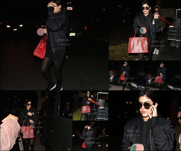 29/01/2016 : Kylie a été vue dans la rue le soir avec une amie. - CalabasasDu noir, du noir, encore du noir.. Ca commence à devenir trop répétitif ! C'est dommage ! Mais elle en reste pas moins jolie.