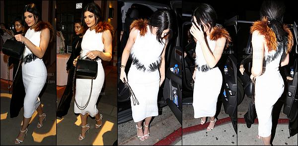 03/02/2016 : Kylie s'est rendue au restaurant Fogo de Chao. - Beverly HillsUn peu de couleurs pour les tenues de Kylie, enfin! Je la trouve splendide, et ses lunettes sont vraiment magnifiques. Un beau top de Kylie !
