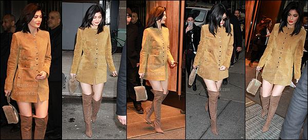 05/02/2016 : Kylie a été filmée sortant d'une usine de fabrication pour ses rouge à lèvres. - Los AngelesJ'adore vraiment la tenue de Kylie malgré la simplicité et le fait que la tenue soi décontractée. C'est un top pour moi!
