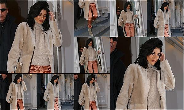 10/02/2016 : Kylie s'est rendue dans un restaurant accompagnée de Kourtney Kardashian. - New-YorkJe trouve Kylie simplement adorable, elle est toute mignone et j'adore sa tenue qui la rends plus femme. Un très beau top pour ce candid !