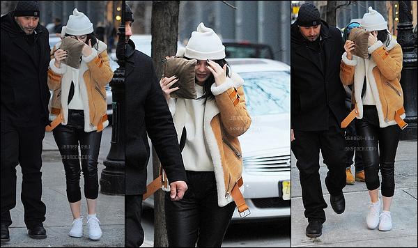 12/02/2016 : Kylie s'est rendue au restaurant Cipriani. - SohoMiss Kylizzle se cache sur ce candid, cependant je la trouve toute mimi. Son manteau est sublime.