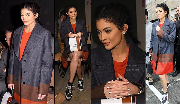 16/02/2016 : Kylie a été vue dans Manhattan, puis, au défilé de Vera Wong à la fashion week. - NYCKylie, toute dorée, s'est rendue au défilé de la célèbre Vera Wong lors de la fashion week. Elle était toute mimi mais je n'aime pas les lunettes.