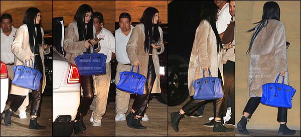 21/02/2016 : Kylie a été vue se rendre au restaurant Nobu. - MalibuJe ne suis pas forcément fan de la tenue de Ky sur ce candid... Cependant, j'adore ses cheveux longs.
