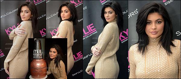 27/02/2016 : Kylie a été vue lors de sa soirée de lancement pour sa marque de vernis avec Sinful. - LAKylie est juste magnifique sur cet event. Elle paraît assez naturelle ici, j'aime la voir de la sorte. Sa robe est plutôt mignonne et elle lui va bien.