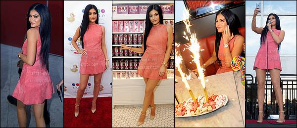11/03/2016 : Kylie est allé à l'ouverture de la Sugar Factory. - OrlandoKylie est vraiment resplendissante sur ce candid, d'ailleurs à mon goût c'est l'un des meilleurs! Les cheveux longs lui vont tellement bien.. Enorme top!