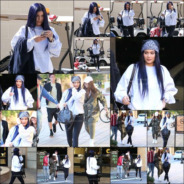 12/03/2016 : Kylie a été vue avec Jaden Smith, puis avec des amis. - Calabasas & CamarilloJ'adore cette couleur de cheveux bleu électrique! Je la trouve ravissante, malgré sa tenue décontractée. Le bandana lui va vraiment bien !