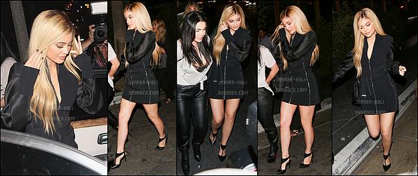24/03/2016 : Kylie et Kendall ont été vues pour le lancement de leurs nouvelle collection. - WeHoEncore une nouvelle couleur pour la plus jeune Jenner ! Je la trouve splendide tout de même dans cette robe provenant de sa collection.
