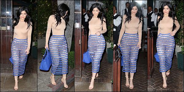 27/03/2016 : Kylie a été vue se baladant, puis, entrer dans sa voiture. - Los AngelesTenue plutôt sombre pour Kylie (malgré le beau soleil). Cependant, les chaussures laisse amplement à désirées.. Elle n'était pas ravie de voir les pap's.