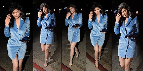 09/04/2016 : Kylie a été vue avec Jordyn dans la rue. - CalabasasTenue plutôt basique pour Kylie sur ce candid. J'adore personnellement les chaussures qui lui vont à merveille, moins fan par contre de la casquette.