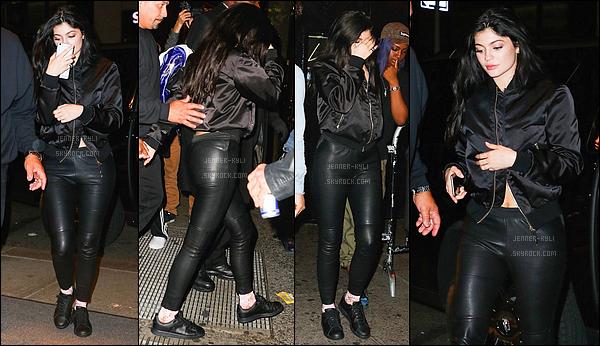 01/05/2016 : Kylie a été vue le soir dans la rue. - New-York CityC'est dans un pantalon cuir que nous retrouvons Kylizzle, toute jolie et toute pétillante. Je la trouve resplendissante, même si la tenue reste sombre.