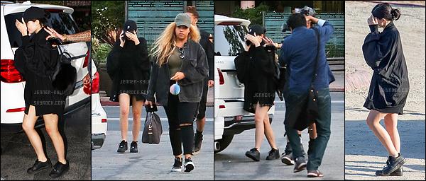 11/05/2016 : Kylie a été vue arrivant et quittant un studio. - Van NuysC'est toute en rouge que l'on a vu Kylie se rendre dans un studio à Van Nuys. Je la trouve vraiment mignonne.