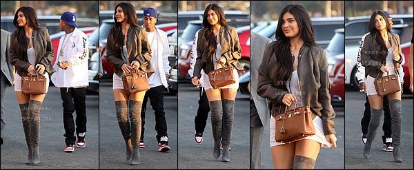 25/06/2016 : Kylie a été vue arrivant au concert de Kanye West avec... Tyga! - Los AngelesMalgré que la robe soi très courte à mon goût, je trouve Kylie magnifique sur ce candid. Le marron lui va à ravir, et notamment le daim.