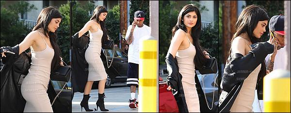 30/06/2016 : Kylie a été vue allant au Nobu avec encore Tyga! - West HollywoodJe trouve Kylie totalement splendide sur ce candid. Sa robe lui va super bien, et j'adore son gilet de soie. Gros top!
