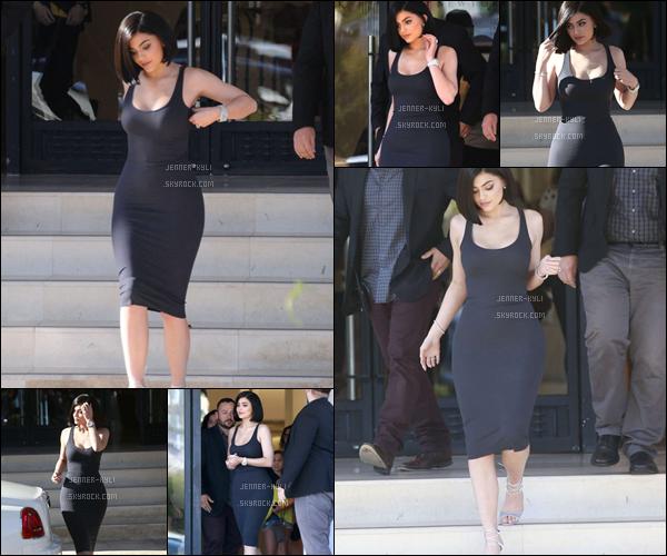 15/07/2016 : Kylie Jenner faisait du shopping au Barneys New York. - Beverly HillsKylie était juste superbe. On dirait une vraie femme d'affaire! Je trouve vraiment que le carré lui va à ravir. Un top pour la robe et les escarpins.