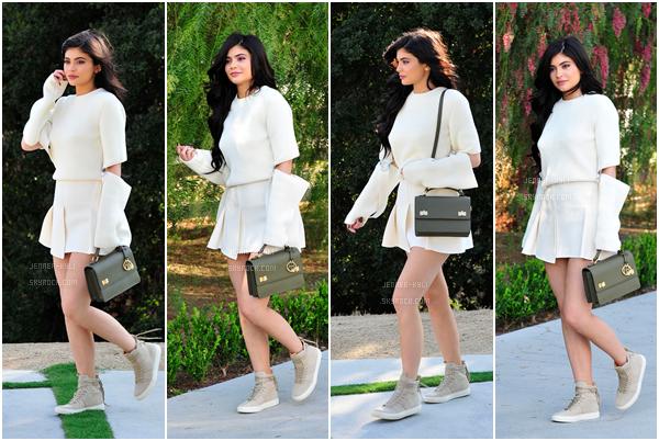 01/08/2016 : Kylie Jenner s'est rendue dans un restaurant accompagnée de Tyga. - Beverly HillsLa jolie Kylie portait une robe en soi vert kaki avec une ceinture. Je la trouve magnifique comme à son habitude. Beau petit top pour la belle Jenner!