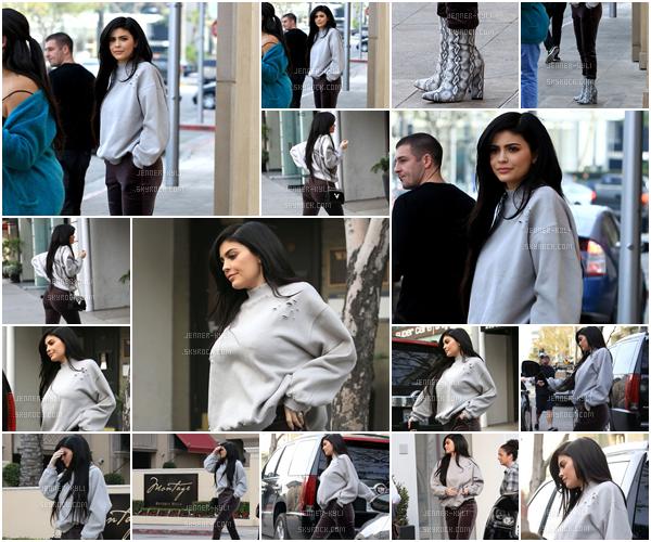 01/02/2017 : Kylie Jenner a été vue allant déjeuner au SugarFish. - Beverly HillsEt bien! Tenue atypique pour la jolie Kylizzle. Je trouve que cela lui va à merveille, même si je ne la porterait pas personnellement.
