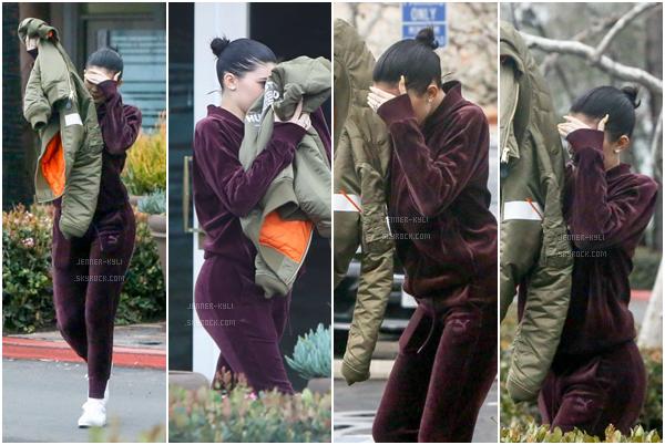 *06/02/17 - Kylie été au Bui Sushi pour déjeuner à Malibu. Visiblement, Kylie n'était pas ravie de croiser les pap's... J'aime beaucoup sa tenue et son manteau. Magnifique!*