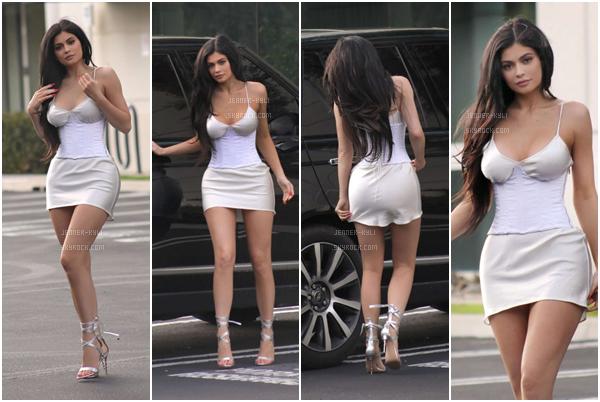 *20/02/17 - Kylie a été vue sortant déjeuner à Los Angeles, puis le soir à Calabasas. Kylie a opté pour le noir total sur ce candid! J'adore tout de même sa tenue, et notamment ses chaussures (je suis fan). Magnifique!*