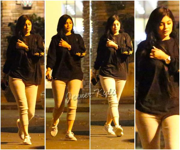*13/03/17 - Kylie a été vue allant au restaurant Kabuki avec Tyga dans Calabasas. Tenue plutôt simple mais les deux tourtereaux ont l'air de profiter du beau temps. Ses cheveux sont vraiment top.*