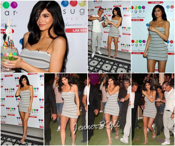 *22/04/17 - Kylie a été vue à l'ouvertement de la Sugar Factory Brasserie à Las Vegas. Après sa rupture avec TYGA, Kylie s'affiche très jolie et très souriante (faux semblants?). Elle reste super jolie, j'adore. TOP!*
