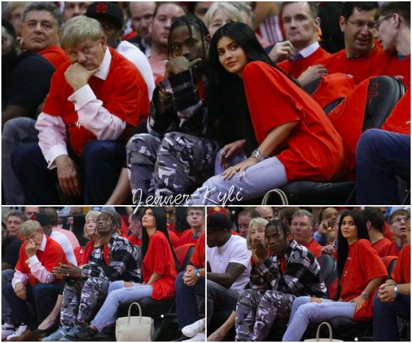 *27/04/17 - Kylie a été vue avec Travis Scott au match de basket opposant Oklahoma à Houston, à Houston. C'est dans les bras de Travis Scott que la belle se console. Je la trouve très jolie dans cette tenue décontractée. Elle a l'air heureuse, ça fait plaisir. *