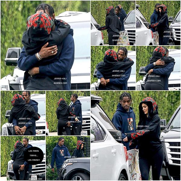*31/05/17 - Kylie a été vue bras dessus bras dessous avec son chéri Travis Scott dans Los Angeles. Tenue très basique une fois de plus. J'aime bien les motifs sur la capuche de la veste, c'est original! J'accorde un petit bof pour cette sortie.*