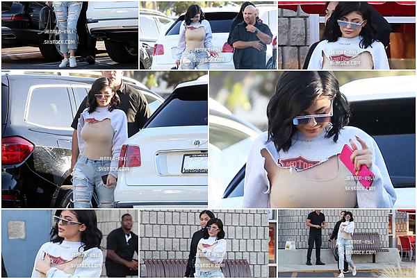 """*15/06/17 - Kylie a été vue allant et quittant le restaurant Ruby's Dinner avec sa BFF Jordyn à Los Angeles. Nous retrouvons Kylie dans un style beaucoup plus """"street"""" qui me fait penser à sa soeur Kim. Elle est magnifique et j'accorde un petit top!*"""