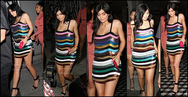 *25/06/17 - Kylie a été vue avec sa BFF Jordyn quittant le Craig's dans West Hollywood. Kylie était totalement ravissante dans cette petite robe colorée et scintillante. Sa coiffure et son make up sont top aussi. TOP !*
