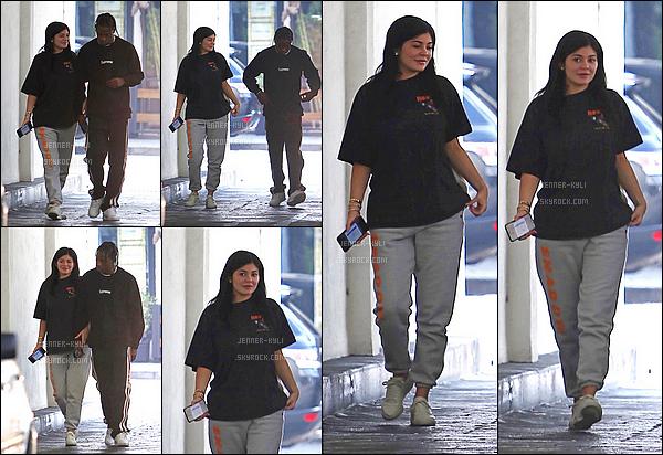 *29/06/17 - Kylie a été vue avec Travis sortant d'un building à Los Angeles. De nouveau fraichement réconciliés, Kylie a été vue dans une tenue très décontractée avec son chéri. J'accorde un bof pour cette tenue.*