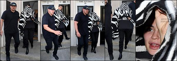 *03/07/17 - Kylie a été vue quittant le restaurant japonais Nobu à Londres. Enfin une tenue digne de notre Kylizzle! Je la trouve très jolie dans cette tenue simple mais très élégante. Le make up et la coiffure sont parfaits. Top!*