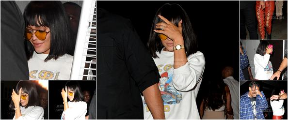*08/07/17 - Kylie était avec sa soeur Kendall Jenner et Bella Hadid au Wireless Festival à Londres. La tenue est assez simple mais très jolie! Le petit carré - frange va bien à Kylie par ailleurs. J'accorde un beau top !*