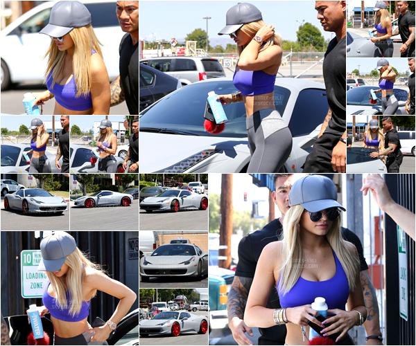 *08/09/15 - Kylie a été vue allant à un cour de gym, puis allant dans un studio à Van Nuys. Une tenue plutôt basique puisqu'il s'agit d'une tenue de sport. Malgré cela, ça n'enlève rien du tout au sex-appeal de la belle (et ça, c'est déprimant). *