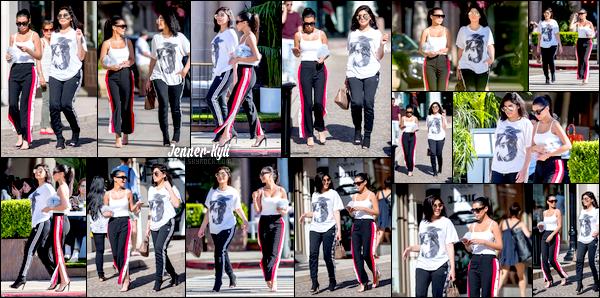 *27/07/17 - Kylie a été photographiée en compagnie de sa grande-soeur Kim Kardashian faisant du shopping, à Beverly Hills. Enfin un candid de Kylie! Ça fait plaisir de la voir car ces derniers temps elle se fait discrète. Niveau tenue, j'avoue ne pas être fan du combo jog/talons..*