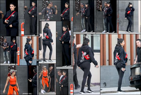 *31/07/17 - Kylie a été vue quittant le restaurant Nobu par la porte arrière en compagnie de Pia Mia, à Beverly Hills. Kylie a prit le temps de discuter avec un fan et de prendre des photos avec au passage. Sa tenue est plutôt classique. Gros top pour les Balenciaga!*