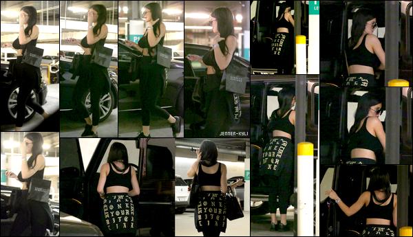 *06/08/17 - Kylie a été photographiée par des fans dans un parking, de retour d'une session de shopping, à Beverly Hills. Côté tenue, ça reste une fois de plus simple. Cependant, j'aime tout de même beaucoup la tenue et notamment le pull. Une fois de plus, Ky se cache.*