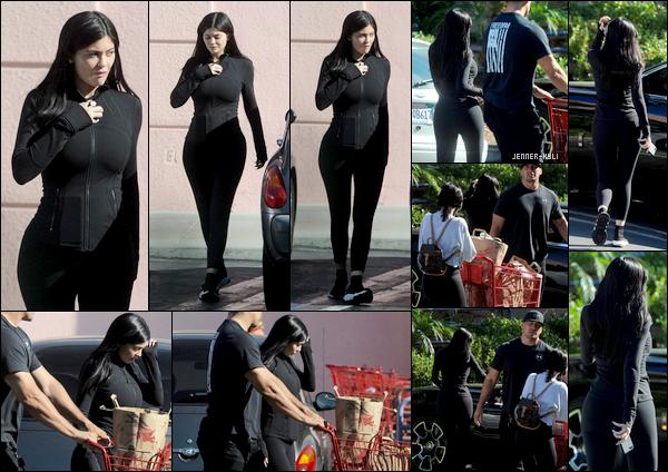 *28/08/17 - Kylie a été vue se rendant dans une épicerie afin de pouvoir faire ses courses avec son garde du corps à L.A. Kylie ne sort plus trop le bout de son nez ces derniers temps... Voici une tenue digne de Kylie, une fois de plus : simple et sobre. Pas d'avis dessus..*