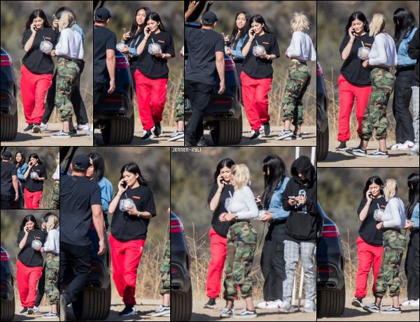*22/09/17 - INCROYABLE! Kylie a ENFIN été vue après près d'un mois d'absence avec ses copines à Los Angeles. UNE RUMEUR DIT QUE KYLIE ATTENDRAIT SON PREMIER ENFANT, SERAI-CE LA RAISON DE SON ABSENCE ? TON AVIS DESSUS ?*