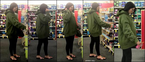 *15/01/18 - La belle Kylie Jenner a été aperçue achetant du matériel pour bébé dans un magasin de Los Angeles. On l'attendait tous, voici notre jolie Kylie avec son bidou qui pousse de plus en plus! Je la trouve radieuse avec sa coupe au carré.*
