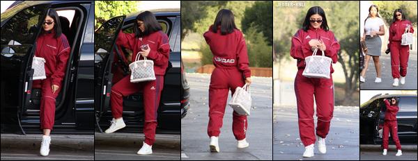 *10/02/18 - La belle Kylie Jenner a été aperçue pour la première fois après l'accouchement de sa fille dans Los Angeles. On l'attendait tous, elle est enfin de nouveau de sortie! J'espère que nous aurons bientôt une jolie photo de la petite Stormi. Kylie était avec Jordyn.*