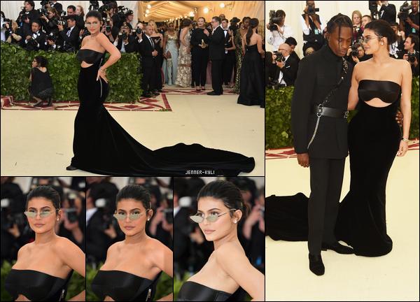 *28/04/18 - La belle Kylie Jenner a été aperçue faire un petit peu de shopping dans la jolie ville de Los Angeles. Côté tenue cela reste toujours assez simple mais bon c'est tout de même passable. J'aime beaucoup ses chaussures et ses tresses comme à l'ancienne.*