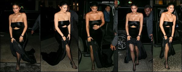 *07/05/18 - La splendide jeune Kylie Jenner a été aperçue en revenant à son hôtel après une soirée dans  New-York City. La tenue est donc la même que celle qu'elle portait pour le MET Gala et Kylie est toute aussi ravissante comme ça. Un sublime top pour la belle brune.*