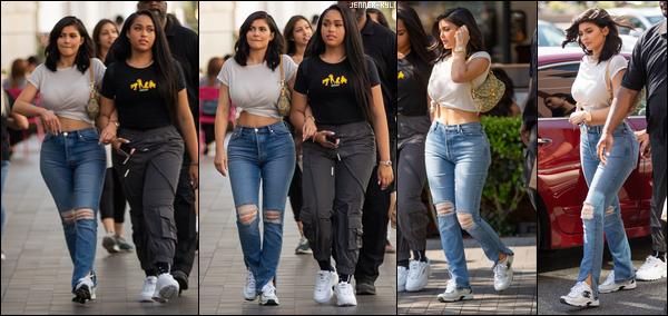 *01/06/18 - La splendide jeune Kylie Jenner a été aperçue quittant le Nice Guy Restaurant dans  West Hollywood. Nous retrouvons donc ici une Kylie très sobre et toute vêtue de noir. J'avoue être totalement fan de cette tenue en soie qui lui va à ravir. *