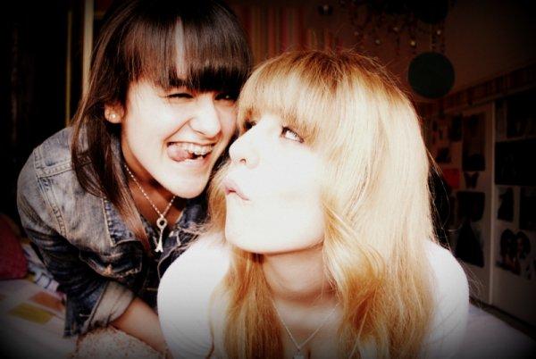 Cette fille, c'est ma cousine, ma meilleure amie. Cette fille, elle a su dessiner un sourire sur mes lèvres dans les moments les plus critiques. Elle a su écouter quand mes paroles coulaient à flot dans les airs sans savoir quel était le but. Cette fille, elle a su par sa présence m'assurer que tout ira bien.Elle a su me rassurer, quand parfois les doutes me rongeais. Elle a sourit à la vie avec moi, main dans la main, même quand le destin nous a fait basculer, & a briser nos rêves. Elle à des mimiques qui te font sourire en un clin d'oeil, elle a un rire qui reste dans les oreilles et qui te rappelle que rien n'est fini, & que tout commence. Cette fille, elle a le coeur brisé, des larmes qui coulent, un corps lourd d'avoir trop aimé. Mais cette fille, elle est tellement forte, que je sais que quoi qu'il arrive, elle s'en sortira. Quand je l'ai j'ai vus la première fois j'ai su immédiatement, que sous ces sourires, ces rires, se cachait une grande faiblesse mais aussi une force énorme, qu'elle même ne soupçonnait pas. Cette fille elle changera le monde, & elle s'en rendra même pas compte. A l'heure d'aujourd'hui, tout semble s'écrouler, mais cette fille, elle réussira. Son coeur se pansera, guérira, oubliera pas, mais se relèvera. Elle trouvera le bonheur, parce qu'elle mérite la plus belle des vies.