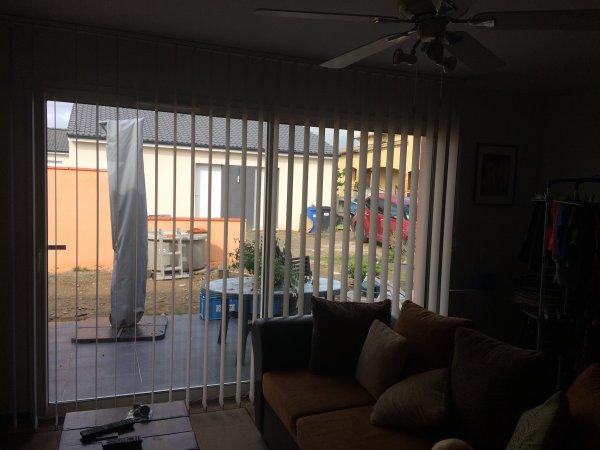 Jeudi 23 Mars 2017 pose du rideau a lames a l'intérieur de la maison
