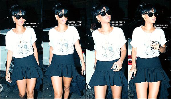 '  14/05/2012: Rihanna regagnant son hôtel dans New York après son concert du soir. Un petit bof pour sa tenue. On retrouve Rih qui n'était pas très joyeuse en rentrant, peut-être dû à la fatigue du concert qu'elle a donné ce soir là. J'aime bien son masque. '