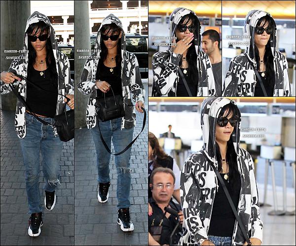 '  18/05/2012: Rihanna F. a été aperçue à l'aéroport « LAX » de Los Angeles pour un vol à destination inconnu.  '